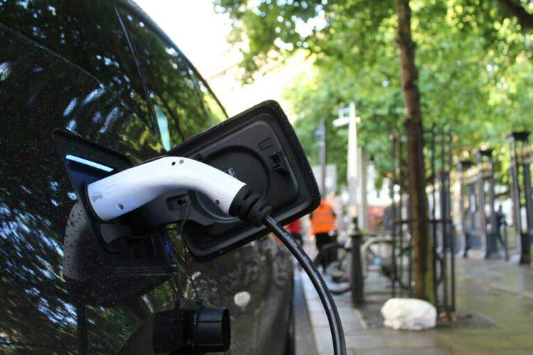 assurance-voiture-hybride-electrique